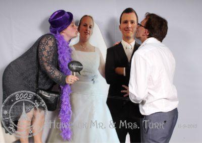 Met kartonnen bruidspaar in de photobooth